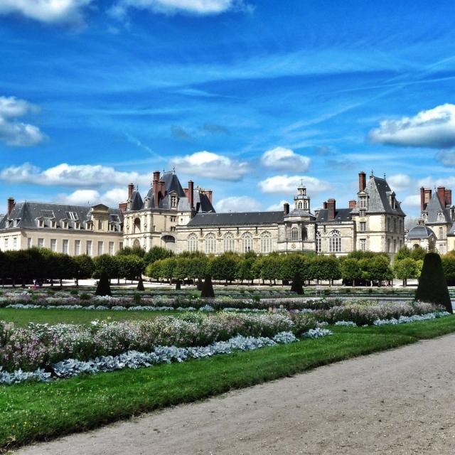 Fontainebleau, Vue de l'aile Renaissance depuis le Grand Parterre